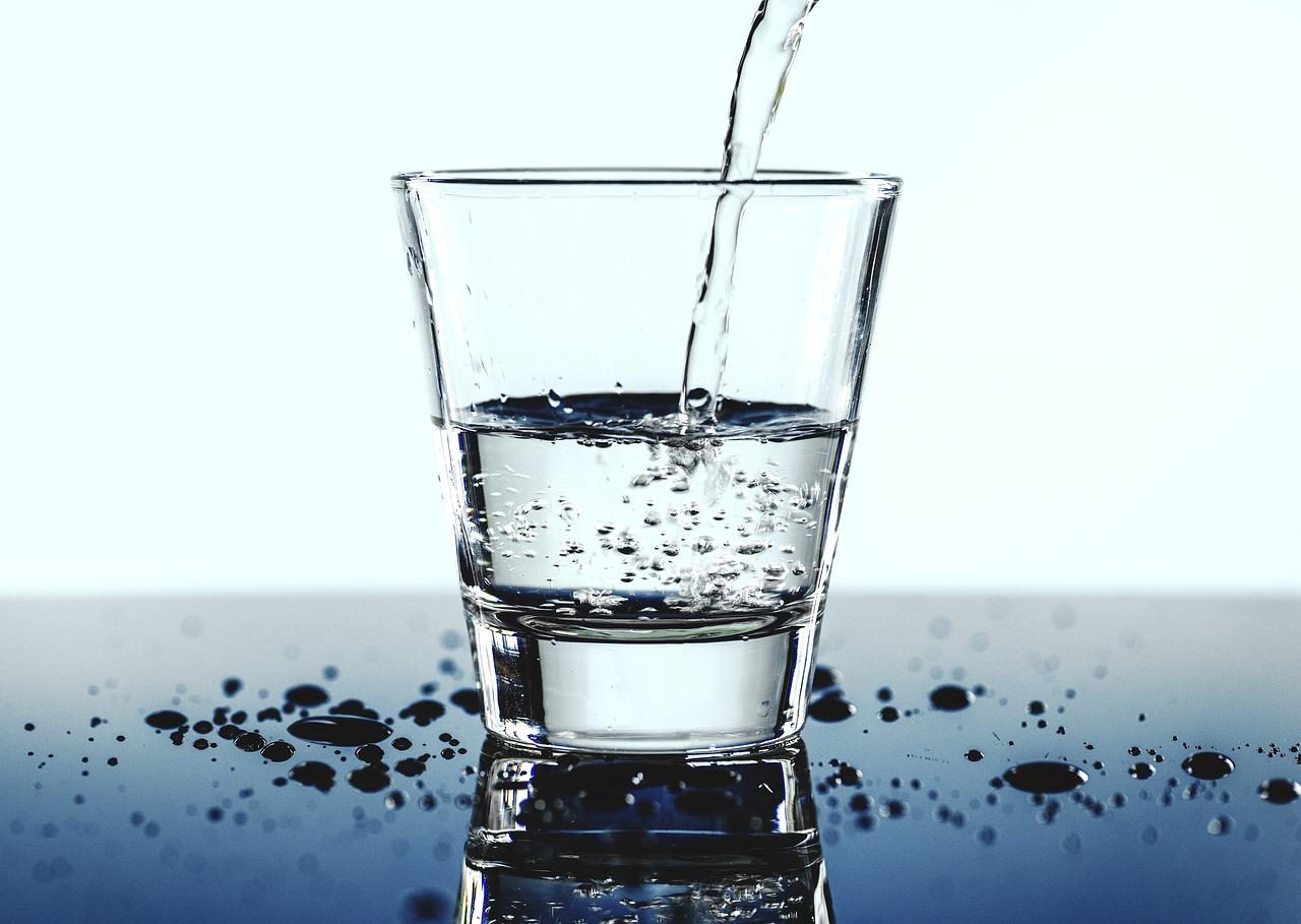 Dzbanki filtrujące – czy warto inwestować w filtrowanie wody?